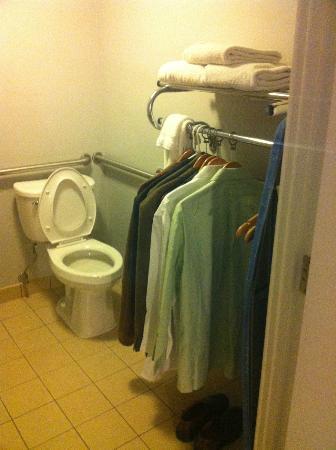Avatar Hotel, a Joie de Vivre hotel: bath/closet