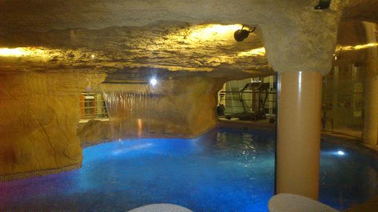 Servigroup Diplomatic: la piscina cubierta es el Spa y si miras, las sillas estan tras la cristalera