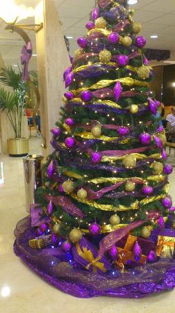 Servigroup Diplomatic: Arbol de Navidad en la entrada del Hotel