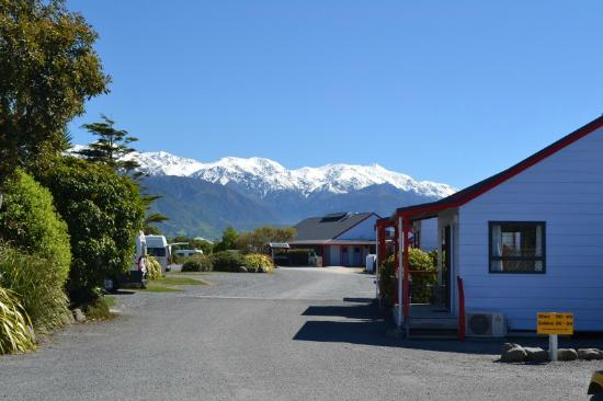 Kaikoura Top 10 Holiday Park: View of the mountains from the holiday park