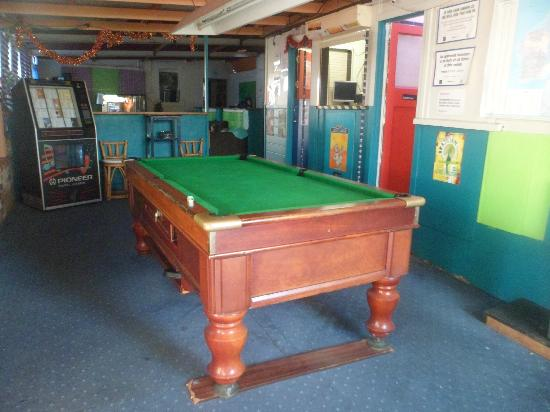 Planet Inn Backpackers : Fully functioning pool table where our competitions take place