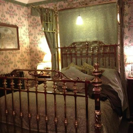 The Old Vicarage Country House: Beautiful brass bed in Green Price room