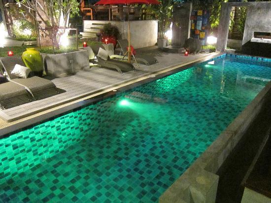 Villa Thapae: Swimming pool at night