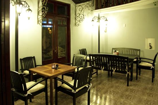 Drugoe Mesto: Inside Tables