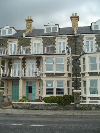 The Arthur Guest House: The Arthur from the seafront