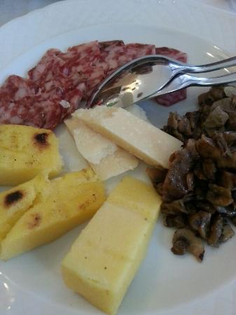 Trattoria Al Gambero: antipasti di salumi casalinghi, grana, polenta grigliata e misto funghi