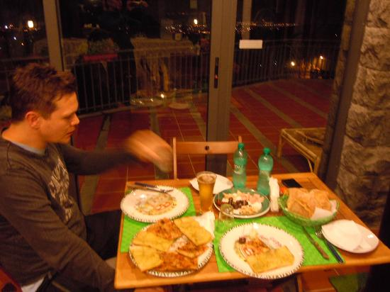 Etna Hut bed and breakfast: Delicious pizza evening and view in the breaksfast room
