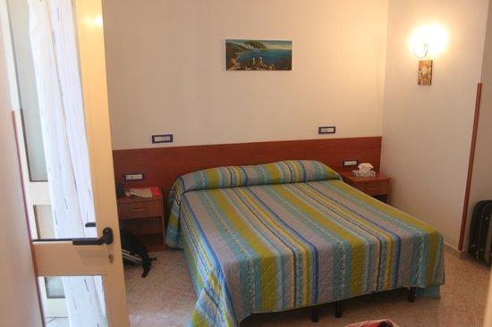 Ravello Rooms: весьма просторная и комфортная кровать