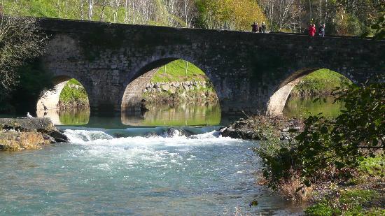 Atravesando este puente se accede a Zestoa