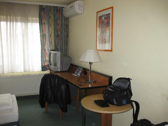 President Hotel: Desk, TV, AC