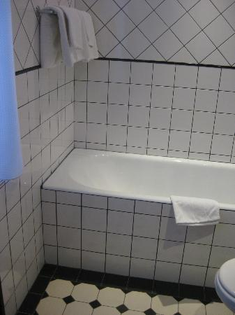 Hotel du Haut Marais: Spacious bathroom