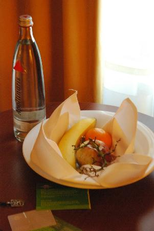 Courtyard by Marriott Munich City Center: The fresh fruit trey in the room!
