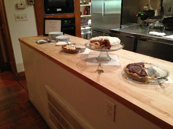 The Rhett House Inn: Dessert in the Kitchen