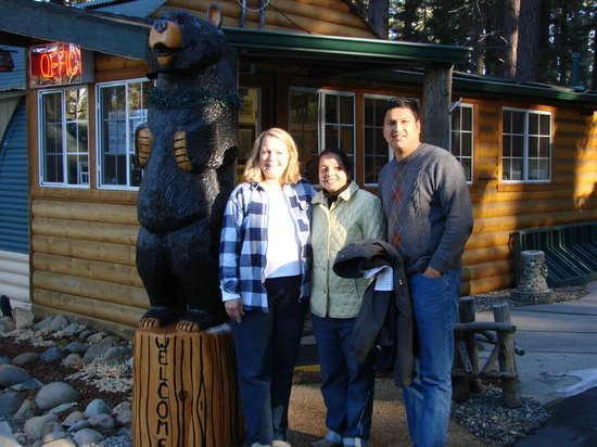 Heavenly Valley Lodge Bed & Breakfast: A pic of guests with Linda and Boogaloo the Bear