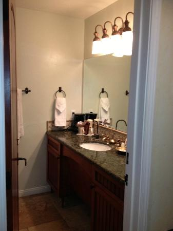 Castillo Inn at the Beach: Filtered water in bathroom-well lite vanity area