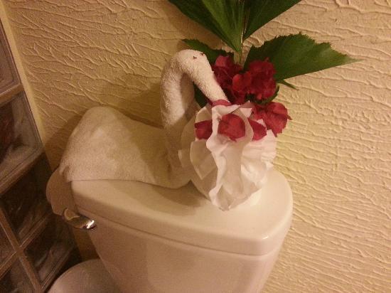 Clarion Suites Roatan at Pineapple Villas: Bathroom Swan