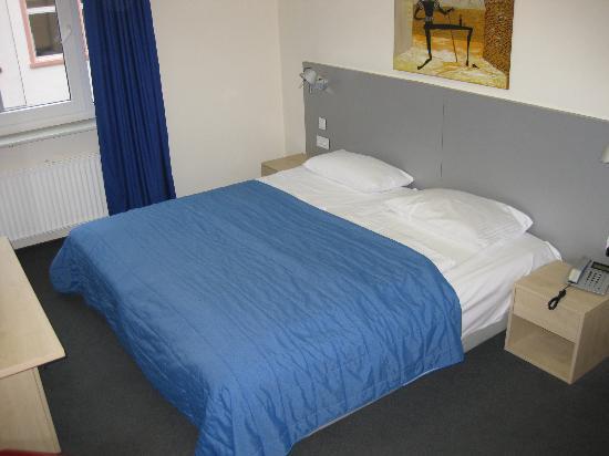Münchener Hof Hotel: Bed