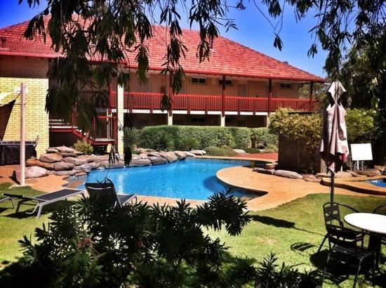 Vine Inn Barossa: The Vine Inn accomodation block & pool.