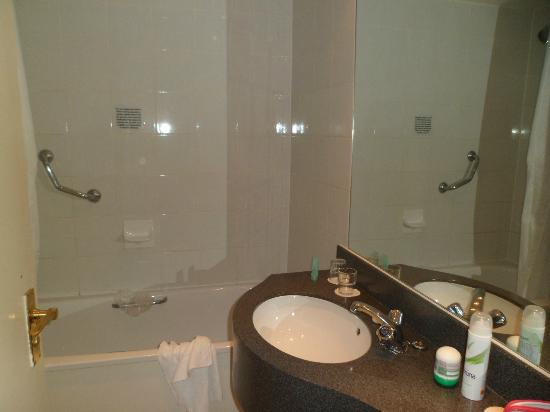 Kensington Close Hotel: The bathroom