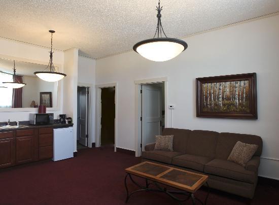 Arrow Hotel: Living room of Two Bedroom Queen Suite