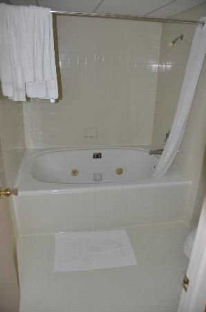 Ambers Hideaway: Jacuzzi tub and shower