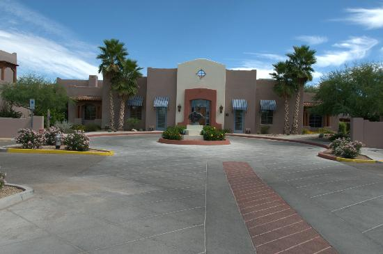 Lodge on the Desert: front of hotel