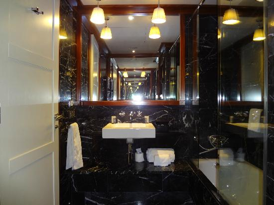 U232 Hotel: A huge bathroom