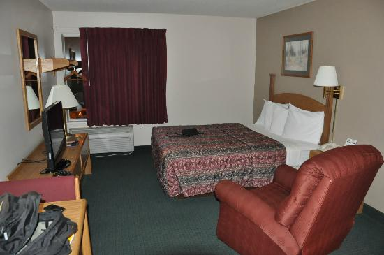 Days Inn & Suites Madison: View of room from entrance