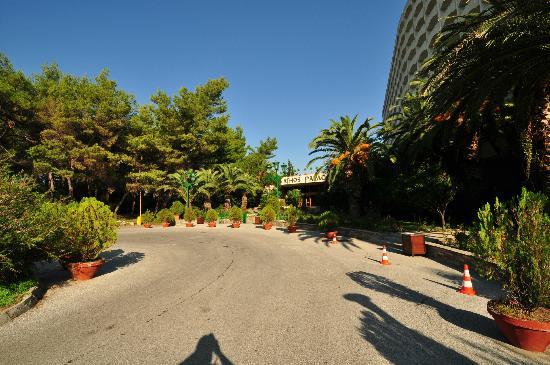 Ξενοδοχείο Άθως Παλάς: Entrance & parking area, Athos Palace, Sept 2012