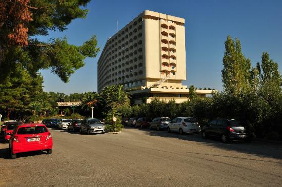 Ξενοδοχείο Άθως Παλάς: Parking area, Athos Palace, Sept 2012