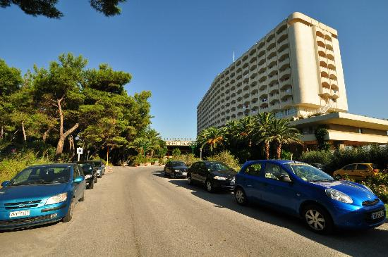 Athos Palace Hotel: Entrance & parking area, Athos Palace, Sept 2012