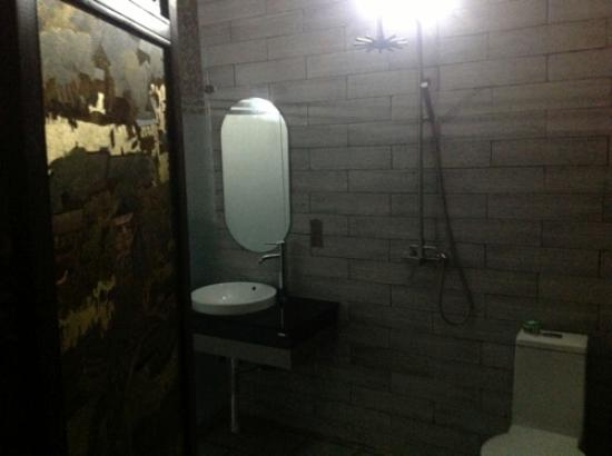 Jinhai Lanwan Club Hotel: The Shower area