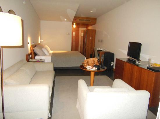Vidamar Resort Madeira: habitacion amplia, minimalista cama enorme