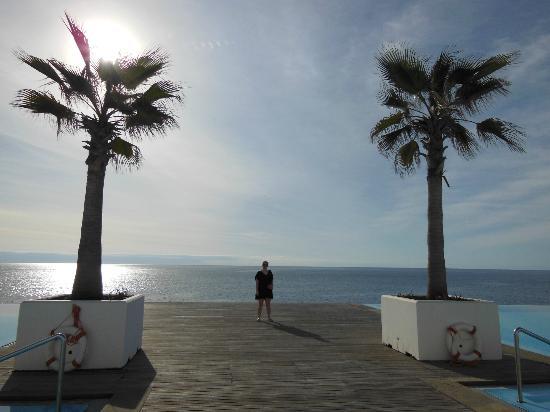 VidaMar Resort Hotel Madeira: piscinas correctas con bonita situacion y bajada al mar
