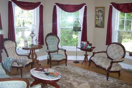 Inn on Main Street B&B : The parlor beckons