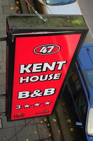 Kent House B&B: L'enseigne vue de la chambre