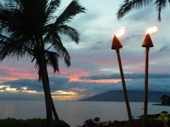 Punahoa Beach Apartments : Tiki lanterns give a touch of Aloha