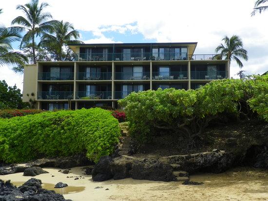 Punahoa Beach Apartments : Quiet beach on property