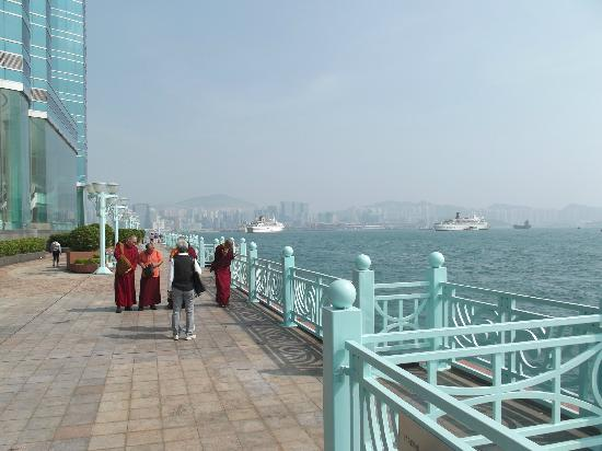Harbour Grand Kowloon: promenade in front of hotel