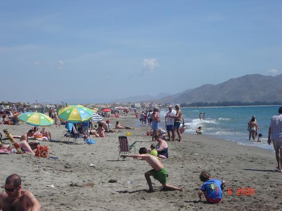 Advise Aparthotel Reina: Mañana de Domingo muy animada en El Playazo de Vera.