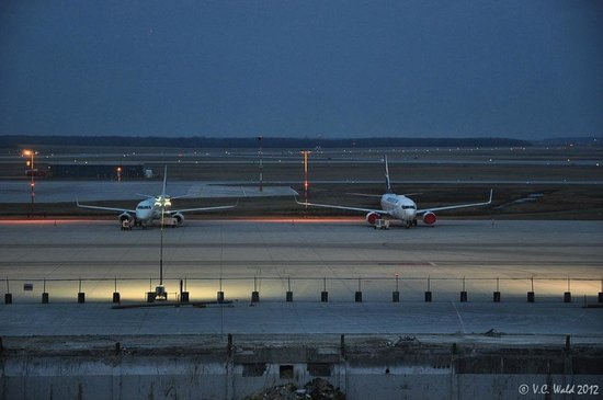 Four Points by Sheraton Winnipeg International Airport: Planes parked for the night - right outside our window (but not noisy!)