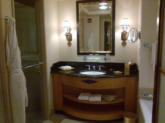Four Seasons Hotel Washington, DC: Sparkling spacious batroom..with L'occitane products!