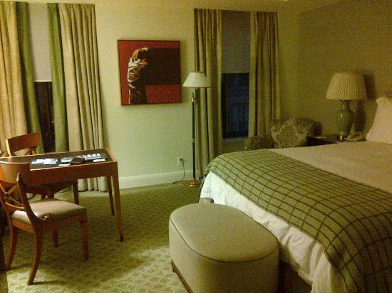 Four Seasons Washington D.C.: Nicely decorated room