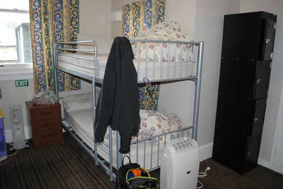 Bamber House Hostel: Room 14 - You can see the lockers and the basket next to the head of the top bunk