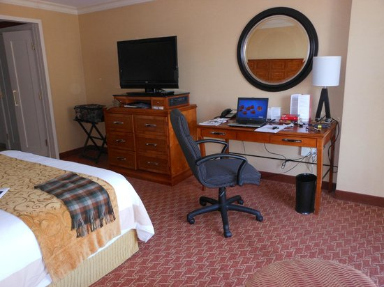 Baltimore Marriott Waterfront: Computer/TV/wrok area