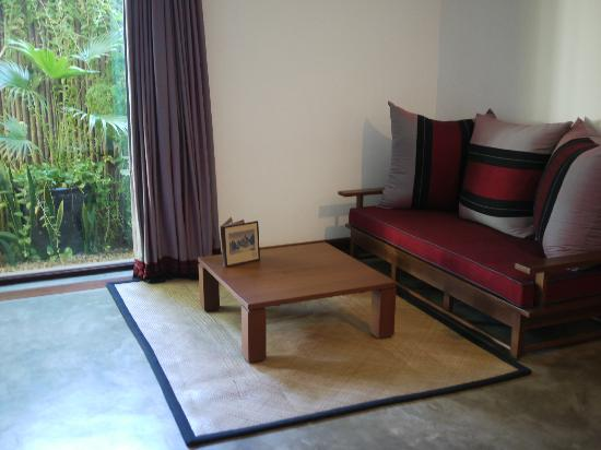Blue Bird Hotel : 居心地の良かったソファと大きな窓