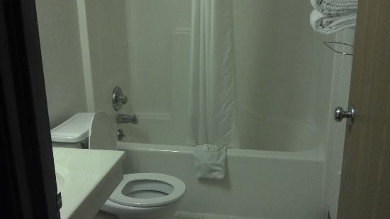 Super 8 Omaha NE : bathroom #2