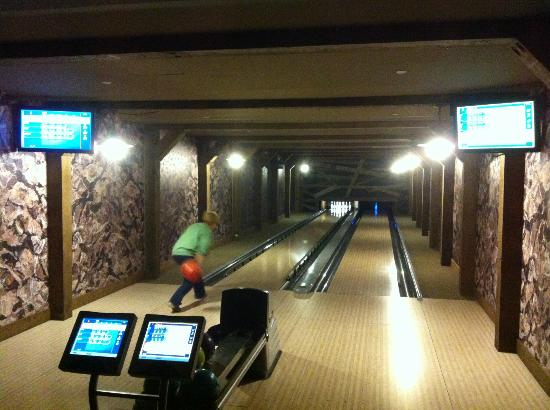 Mountain Thunder Lodge: Bowling in One Ski Hill Place
