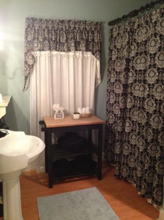 The Campbell House: sunrise room bathroom