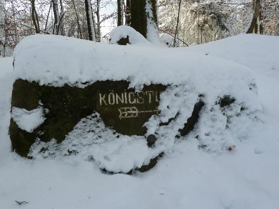 Königstuhl: verschneiter Wegweiser